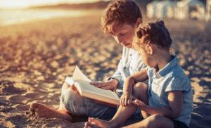 leyendo en la playa