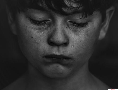 El maltrato infantil aumenta el riesgo de depresión recurrente.