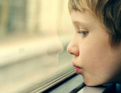 Un trasplante fecal consigue reducir a casi la mitad los síntomas del autismo a los dos años